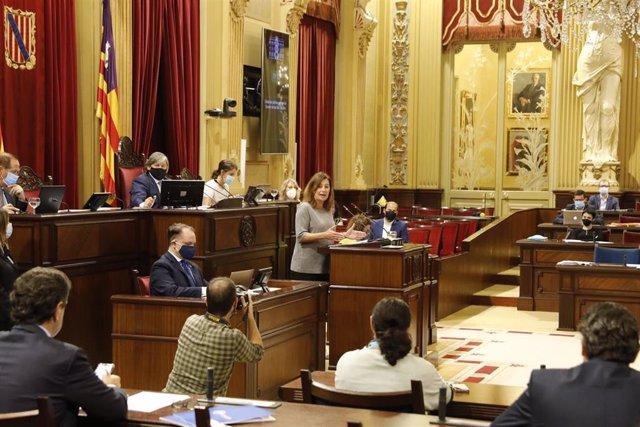 La presidenta del Govern, Francina Armengol, durante una intervención en el Parlament.