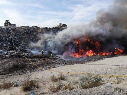 Bomberos extinguen un incendio originado en la planta de tratamientos de residuos de Fontcalent (Alicante)