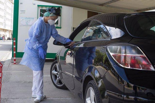 Una sanitaria realiza una prueba PCR a un conductor en Monforte de Lemos (Lugo).