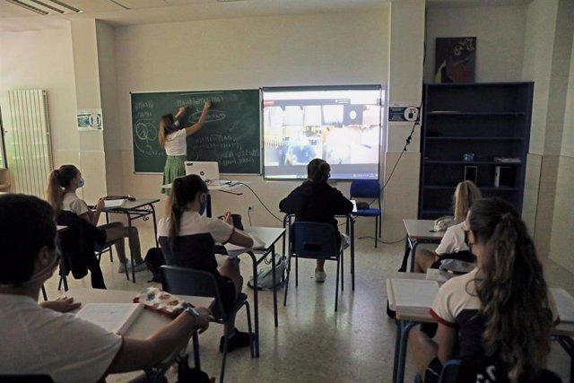 Alumnos durante una clase semipresencial