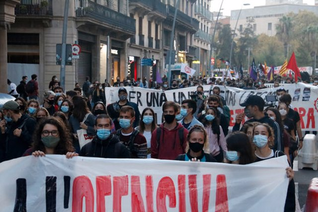 Pla general de la manifestació del sector de les universitats i la recerca a Barcelona el 21/10/2020 (horitzontal)