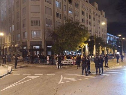Medio centenar de personas se concentra cerca del Congreso en apoyo a Vox y contra el Gobierno de Pedro Sánchez