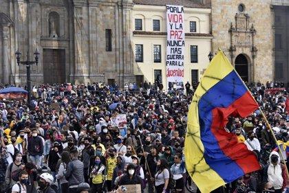 Miles de personas recorren las principales ciudades de Colombia en un paro nacional contra el Gobierno