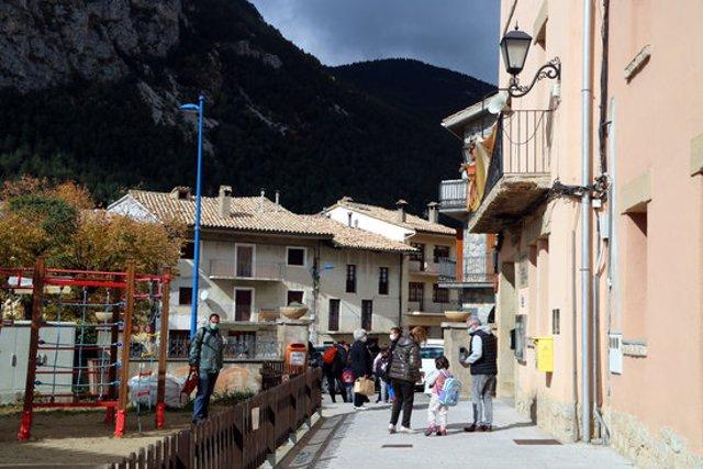 Pla general de Gósol, a la sortida de l'escola. Imatge del 19 d'octubre del 2020. (Horitzontal)