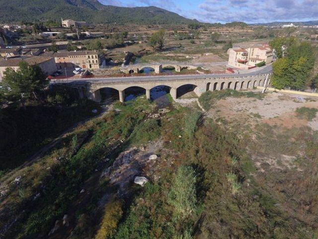 Imatge aèria del pont nou de Montblanc, a escassos metres del vell, un any després de la riuada. Imatge del 14 d'octubre del 2020. (Horitzontal)
