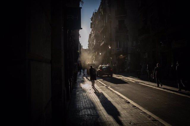Una persona camina por una calle de Barcelona, Catalunya (España), a 16 de octubre de 2020.