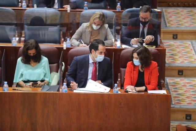 La presidenta y el vicepresidente de la Comunidad de Madrid, Isabel Díaz Ayuso e Ignacio Aguado, antes de que comience una sesión de control al Gobierno en la Asamblea de Madrid (España), a 22 de octubre de 2020.