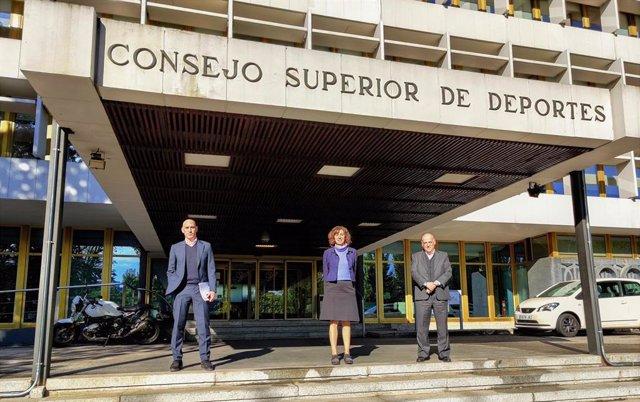 El presidente de la RFEF, Luis Rubiales, la del CSD, Irene Lozano, y el de LaLiga, Javier Tebas, delante de la sede del Consejo Superior de Deportes