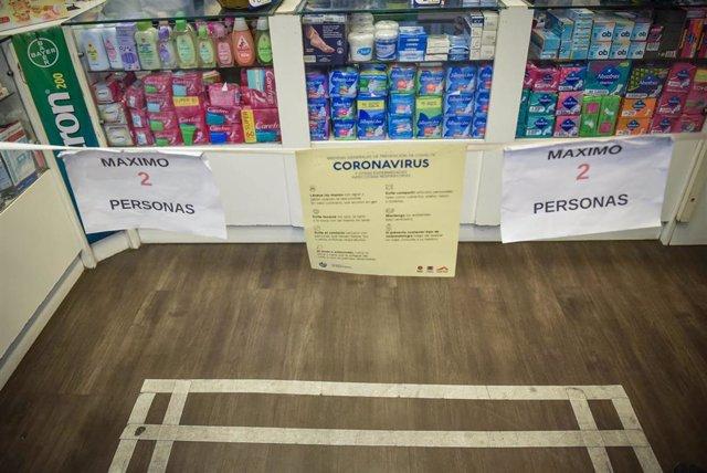 Medidas de distanciamiento en una farmacia de Montevideo, Uruguay