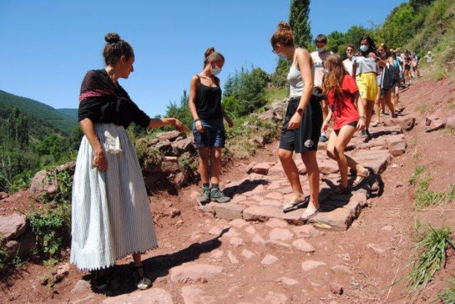 Pla general d'una visita teatralitzada a un camí recuperat de la Vall de Siarb l'estiu del 2020. (horitzontal)
