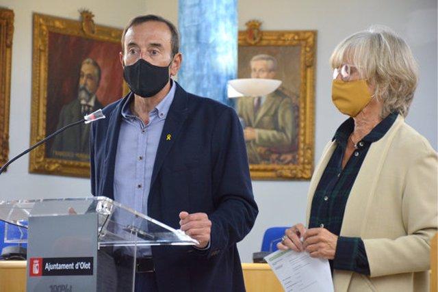 L'alcalde d'Olot, Pep Berga, i la regidora d'Hisenda, Montse Torras, durant la roda de premsa d'aquest 22 d'octubre del 2020. (Horitzontal)
