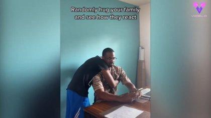 Este chico prueba a abrazar a su familia por sorpresa y grabar sus reacciones