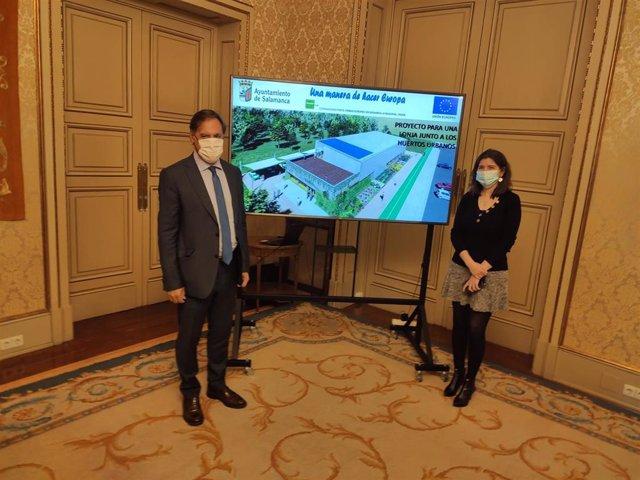 El alcalde de Salamanca, Carlos García Carbayo, y la concejal de Medio Ambiente, Myriam Rodríguez, presentan la futura lonja de Salas Bajas.
