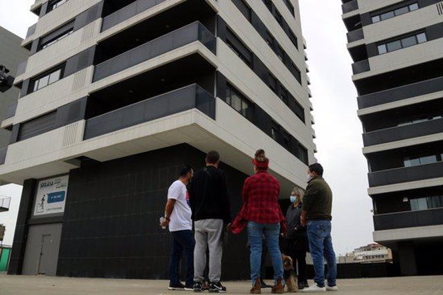 Imatge d'un grup de veïns davant els edificis de la promoció el 22 d'octubre de 2020. (Horitzontal)