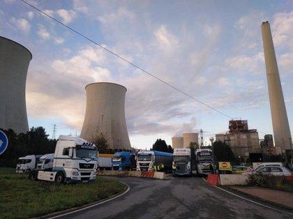 Los transportistas de carbón bloquean el acceso a la térmica de As Pontes (A Coruña) para evitar la retirada de equipos