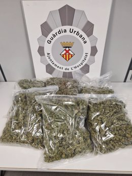 Detall de diverses bosses de marihuana intervingudes per la Guàrdia Urbana de l'Hospitalet de Llobregat. Imatge publicada el 22 d'octubre del 2020 (vertical)