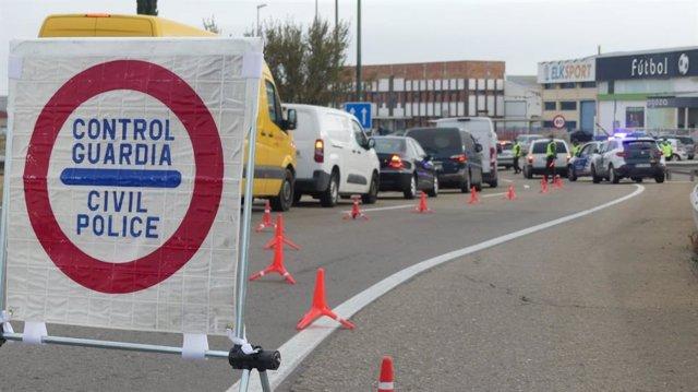 Control de la Guardia Civil para comprobar que se respeta el confinamiento perimetral de Zaragoza