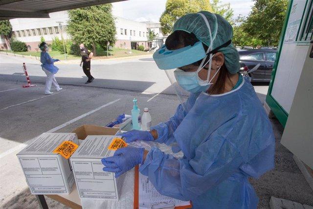 Una sanitaria prepara pruebas PCR en Monforte de Lemos (Lugo), donde hay 28 infectados por Covid19 en un edificio, el 20 de agosto de 2020.