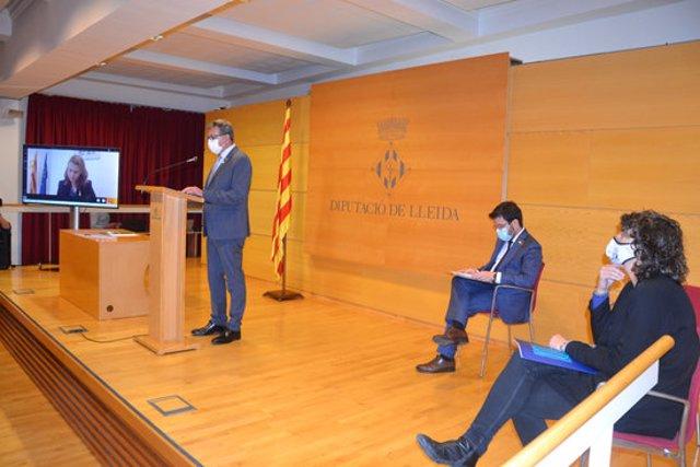 Imatge de la intervenció del president de la Diputació de Lleida, Joan Talarn, sota la mirada del vicepresident del Govern, Pere Aragonès, i de la consellera d'Agricultura, Teresa Jordà, el 22 d'octubre del 2020. (Horitzontal)