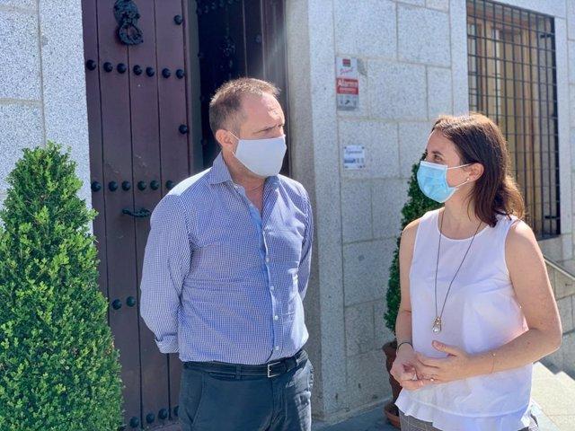 La delegada territorial de Fomento, Infraestructuras y Ordenación del Territorio, Cristina Casanueva, con el alcalde de Dos Torres