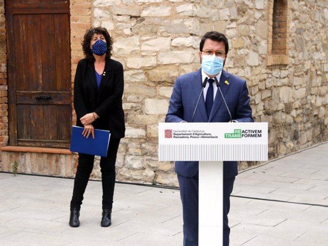 Pla mitjà del vicepresident amb funcions de president, Pere Aragonès, i de la consellera d'Agricultura, Teresa Jordà, durant l'atenció als mitjans de comunicació a l'exterior de la Casa Canal de Mollerussa, el 22 d'octubre de 2020. (Horitzontal)