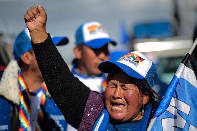 Simpatizantes del MAS celebran lo resultados electorales en Bolivia