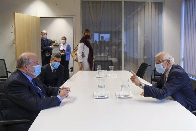 El presidente de Armenia, Armen Sarkissian, y el alto representante de Política Exterior de la UE, Josep Borrell