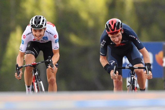 Jai Hindley (L) of team Sunweb sprints past Tao Geoghegan Hart of team Ineos Grenadiers to win the 18th stage of the Giro d'Italia 2020 cycling race, 207 km from Pinzolo to Laghi di Cancano. Photo: Gian Mattia D'alberto/LaPresse via ZUMA Press/dpa