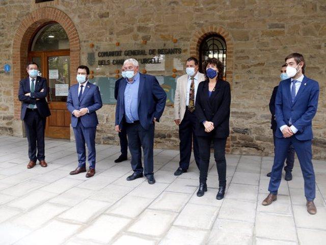 Pla general del vicepresident, Pere Aragonès, i de la consellera d'Agricultura, Teresa Jordà, amb el president de la Comunitat General de Regants dels Canals d'Urgell, Amadeu Ros, i altres representats institucionals, el 22 d'octubre de 2020.(Horitzontal)