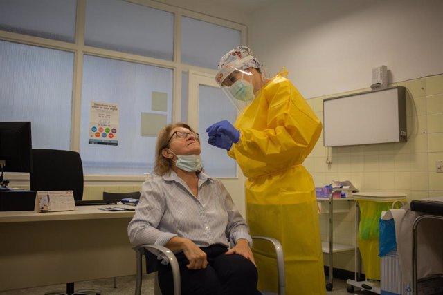 Una sanitària realitza un test ràpid d'antígens de detecció de coronavirus