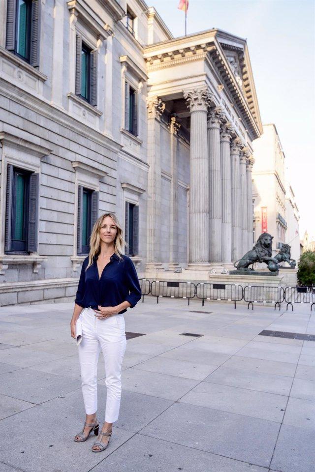 La diputada Cayetana Álvarez de Toledo ofrece una declaración pública en el exterior del Congreso tras ser destituida como portavoz parlamentaria del Grupo Popular. En Madrid a 17 de agosto de 2020.