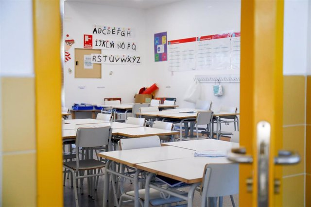 Sillas y mesas de un aula