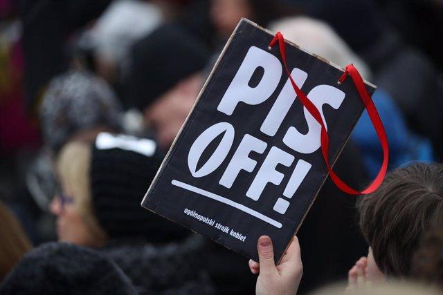 Imatge d'arxiu d'una manifestació en contra del partit governant Llei i Justícia (PiS, en polonès) a causa de més restriccions per l'avortament a Polònia.