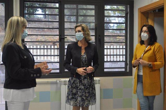 La delegada territorial de Educación y Deporte de la Junta de Andalucía en Córdoba, Inmaculada Troncoso (centro), visita el CEIP Juan del Moral