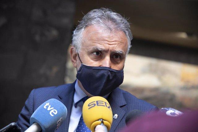 El presidente de Canarias, Ángel Víctor Torres, dando declaraciones a los  periodistas