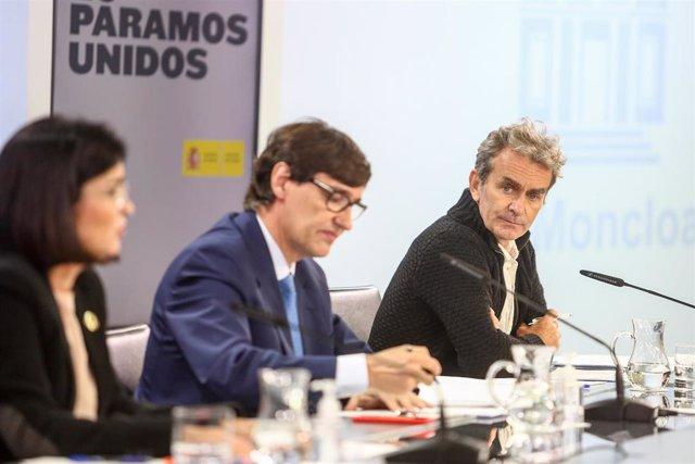 (I-D) La ministra de Política Territorial y Función Pública, Carolina Darias; el ministro de Sanidad, Salvador Illa; y el director del Centro de Coordinación de Alertas y Emergencias Sanitarias (CCAES), Fernando Simón, comparecen en rueda de prensa en Mon