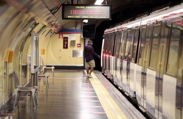 Un pasajero en la estación de Metro de San Bernardo, en Madrid (España), a 22 de junio de 2020.