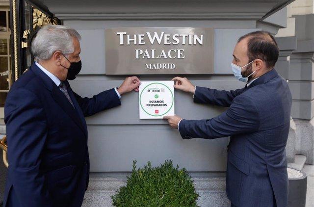 La Comunidad de Madrid reconoce con el distintivo Garantía Madrid al hotel Palace por sus buenas prácticas frente al Covid