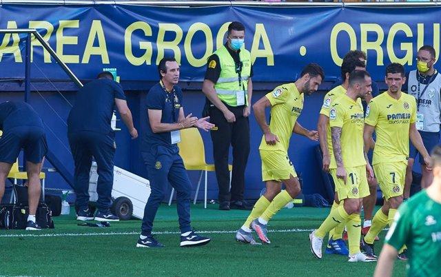 Unai Emery dirigiendo al Villarreal