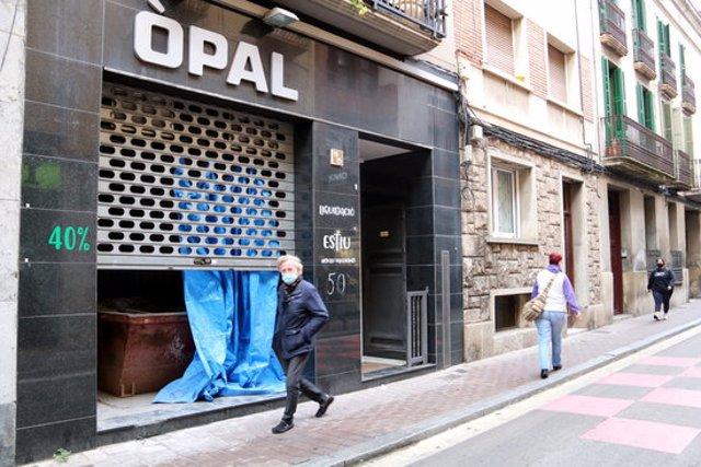 Pla obert d'un carrer del centre d'Igualada amb un comerç tancat. Imatge publicada el 23 d'octubre de 2020. (Horitzontal)