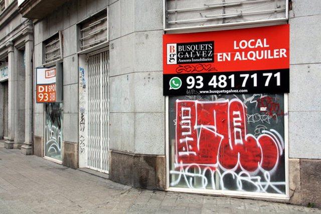Pla mitjà de dos locals tancats a Barcelona. Imatge del 22 d'octubre de 2020. (Horitzontal)