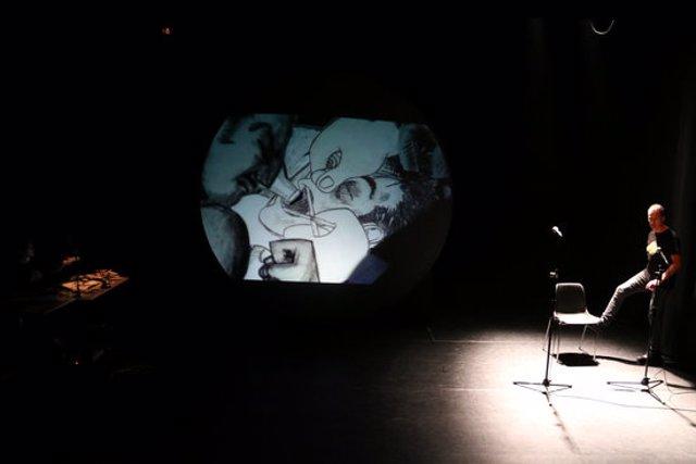 Pla obert de l'escenari del Teatre de l'Aurora d'Igualada en un moment de l'assaig de 'Molotov'. 22 d'octubre de 2020. (Horitzontal)