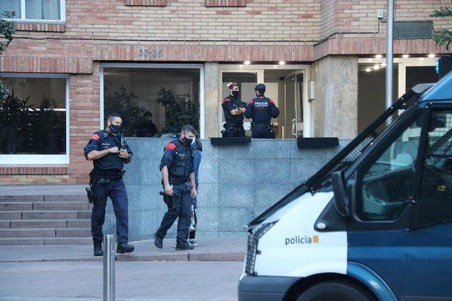 Pla general d'agents dels Mossos en una de les entrades a Barcelona. Imatge del 22 d'octubre del 2020. (horitzontal)