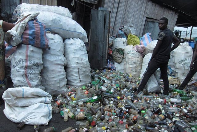 Joven en el mercado de Dantokpa, en Benín