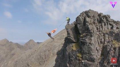 Tres adictos a la adrenalina hacen salto BASE desde una montaña escocesa