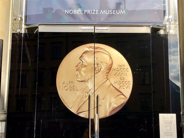 FILED - 04 October 2019, Sweden, Stockholm: A Nobel Prize medal depicting Alfred Nobel adorns the door of the Nobel Prize Museum. The 2019 Nobel Prize in Medicine has been jointly awarded toUS-born scientists William Kaelin and Gregg Semenza and British