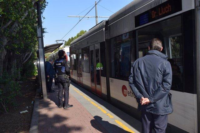 Personal encargado de los controles en un tranvía de Metrovalencia