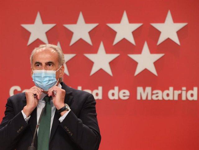 El consejero de Sanidad de la Comunidad de Madrid, Enrique Ruiz Escudero, se quita la mascarilla para intervenir en una rueda de prensa ante los medios para informar de nuevas medidas en la región