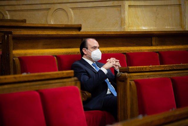 El diputat del Partit Popular Daniel Serrano, al seu escó del Parlament en una sessió plenària.