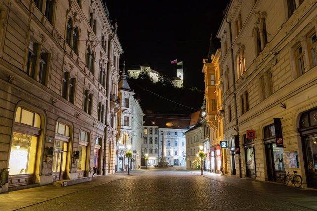 Coronavirus.- Eslovenia cierra restaurantes y tiendas no esenciales para contene